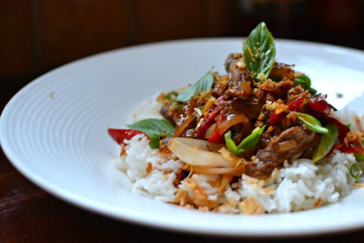 Boulettes de bœuf et riz sautés à la thaïlandaise