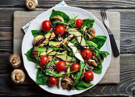 Salade d'avocat, maïs, oignon et poivron aux herbes fraîches