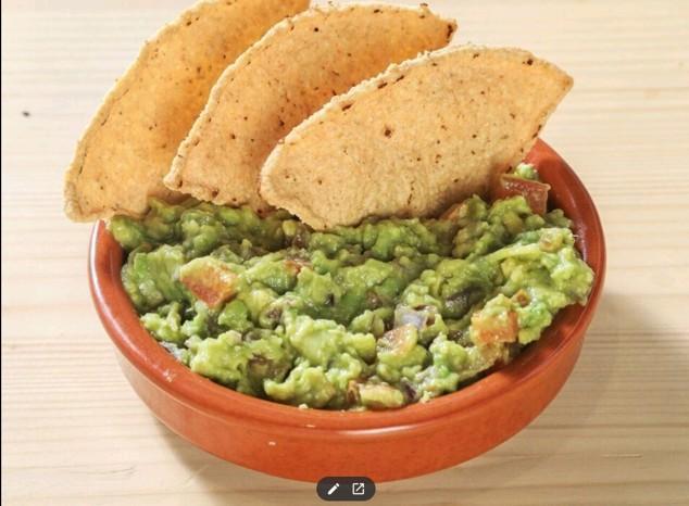 Guacamole et tortillas chips