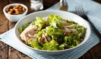 Salade de poulet mariné au chou chinois et aux amandes (moutarde, fruits à coque)