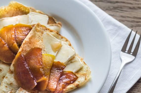 Poêlée de pommes fruit au camembert, noix et muscade (gluten lactose, noix), à déguster tiède