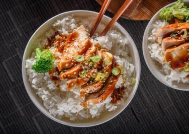 Poulet sauté au basilic, riz et sauce soja (soja)