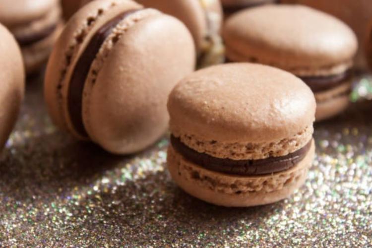 Macaron au chocolat (lactose, œuf, fruit à coque)