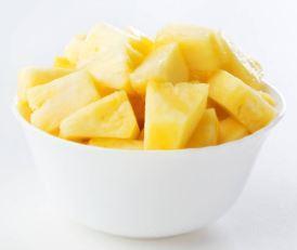 Salade d'ananas au rhum, à la vanille et à la cannelle. Plat cuisiné avec de l'alcool