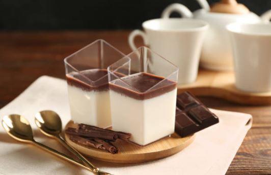 Panna cotta légère à la coco et copeaux de chocolat, (lactose)