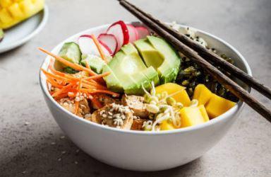 Poke bowl aux légumes et au curcuma