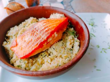 Pavé de saumon à la tomate et quinoa citronné