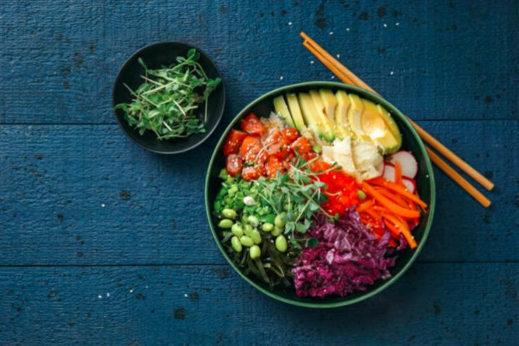 Poke bowl aux légumes et fèves de soja vertes