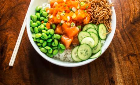 Poke bowl au saumon sauce Sriracha