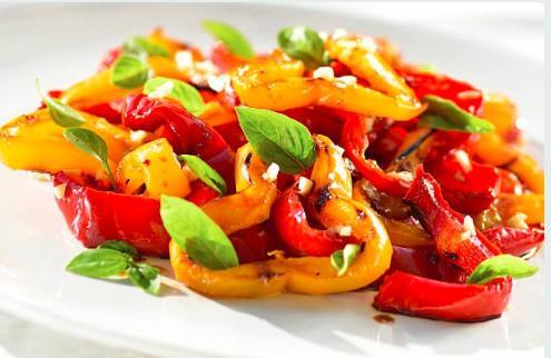 Salade de courgettes et poivrons marinés au basilic