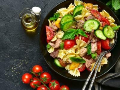 Grande salade de pâtes, thon et verdures