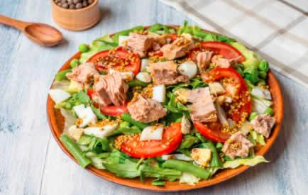 Salade au thon parfumée