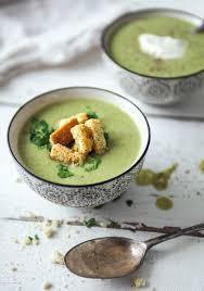 Crème de brocoli et chips de légumes