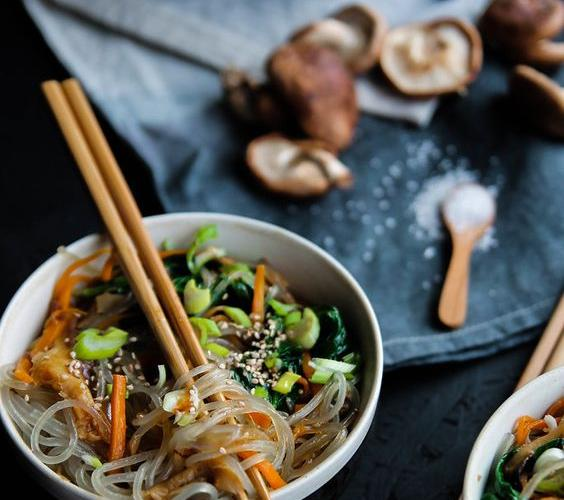 Légumes et vermicelles sautés à la coréenne