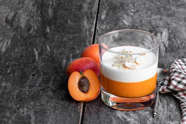Panna cotta et compotée amandes abricots secs