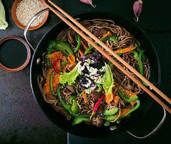 Wok aux légumes et nouilles au gingembre
