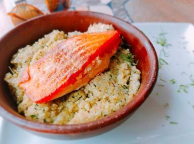 Saumon rôti et quinoa tomaté