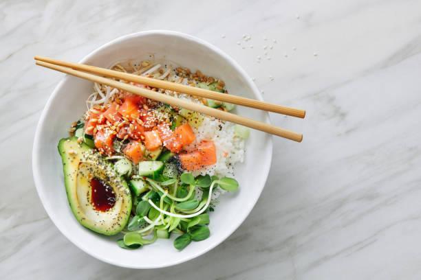 Poke bowl nouilles saumon