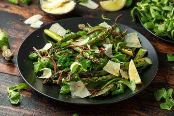 Salade d'asperges et artichaut aux perles balsamiques