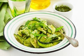 Salade de courgettes au pesto de noix