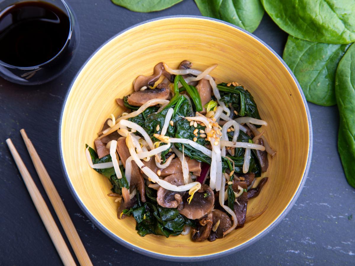 Salade de pousses d'épinard et champignons