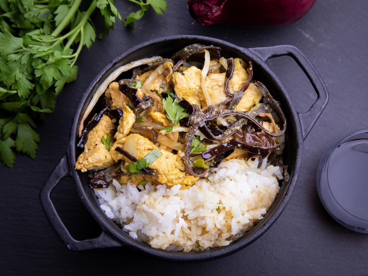Wok au poulet et feuilles de curry