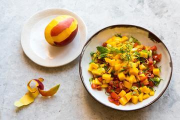 Salade de tomate mangue basilic