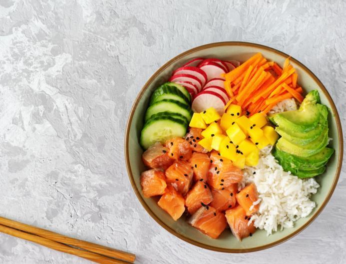 Poke bowl mangue et saumon fumé