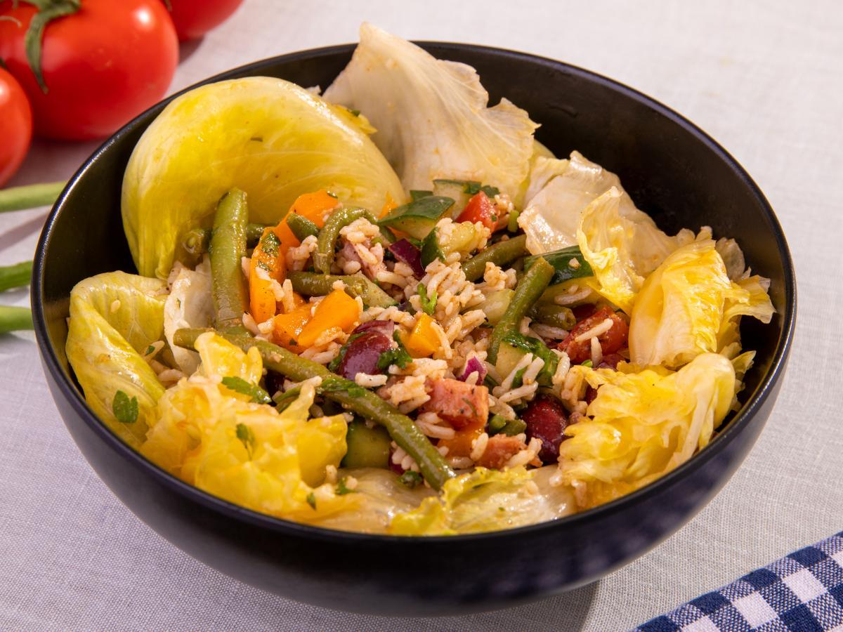 Grande salade fumée aux graines de sésame