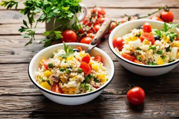 Grande salade au thon et au poivron