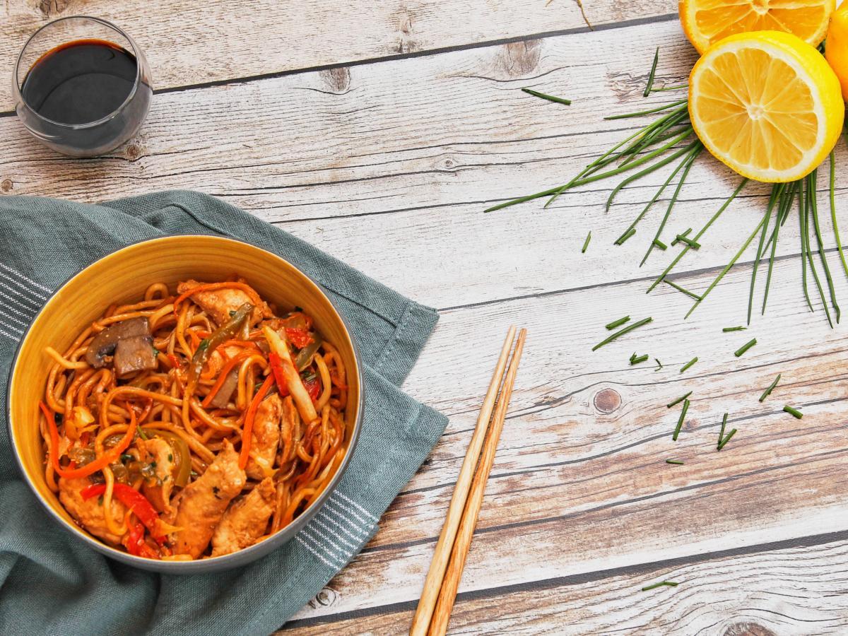 Nouilles et poulet sautés à la chinoise