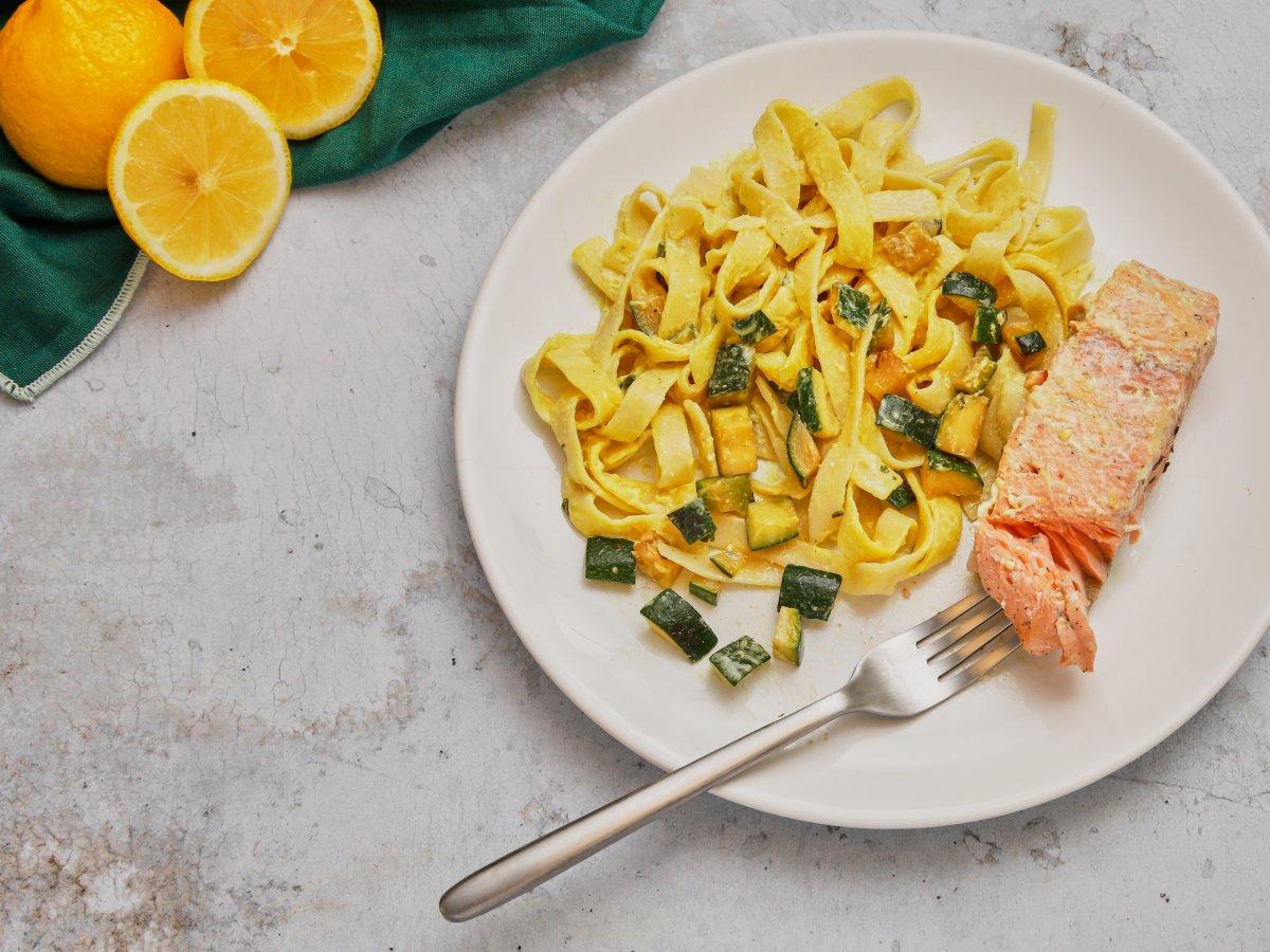 Saumon rôti et tagliatelles au curry